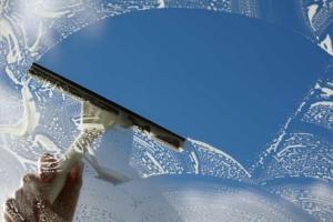 Como limpar vidros para ficarem brilhantes